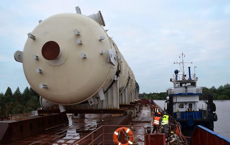 «ЕвроХим» доставил крупногабаритное оборудование общим весом 1300 тонн по реке Нарове. Фото