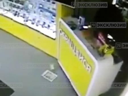 В Кингисеппе двое грабителей «обнесли» салон сотовой связи с помощью лома. Видео