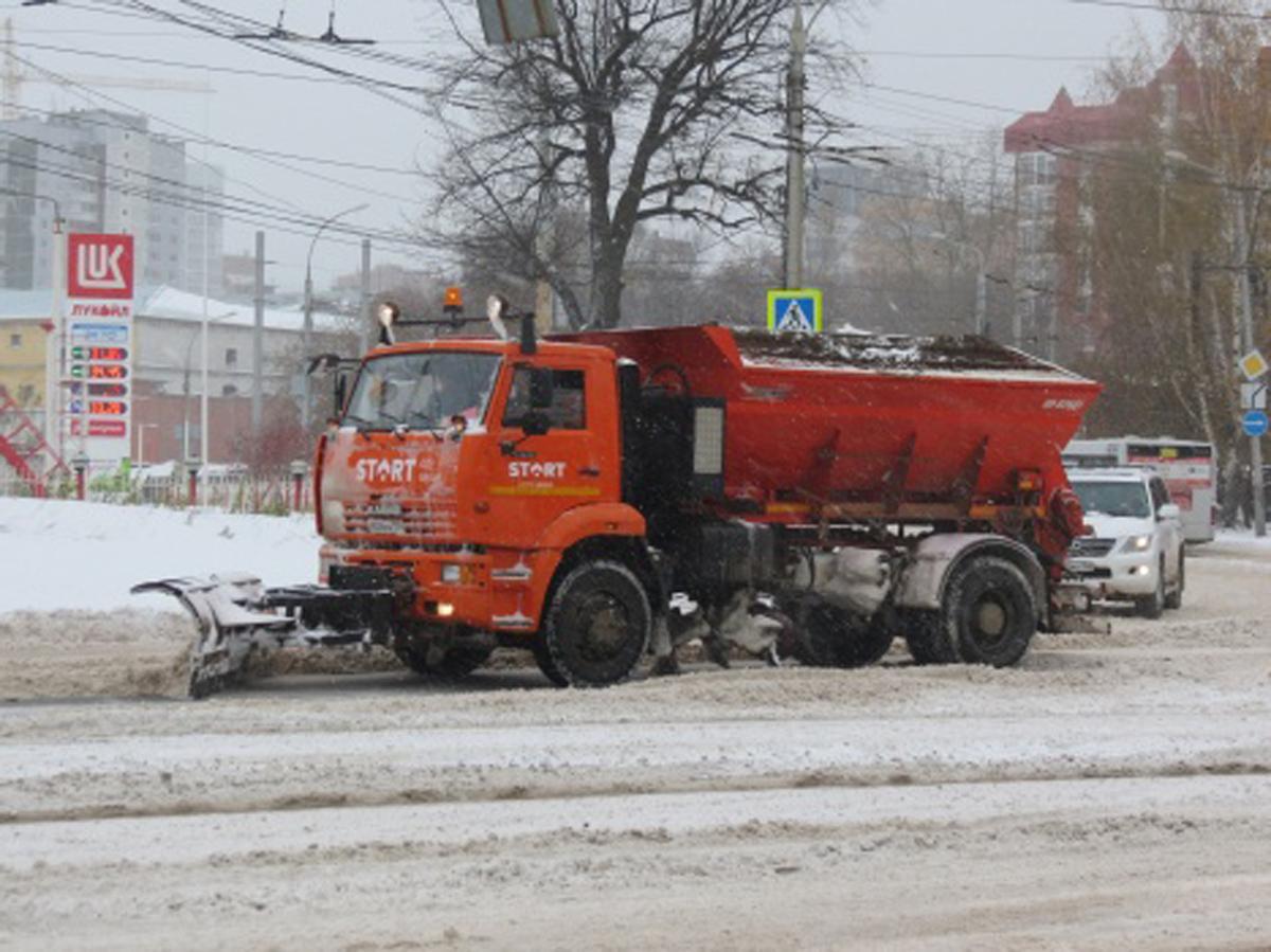 В выходные на дорогах Перми работало 180 единиц снегоуборочной техники